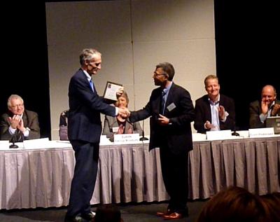 Bertel Haarder, Indenrigs- og Sundhedsminister modtager Murbryderprisen af DSKT formand Klaus Phanareth