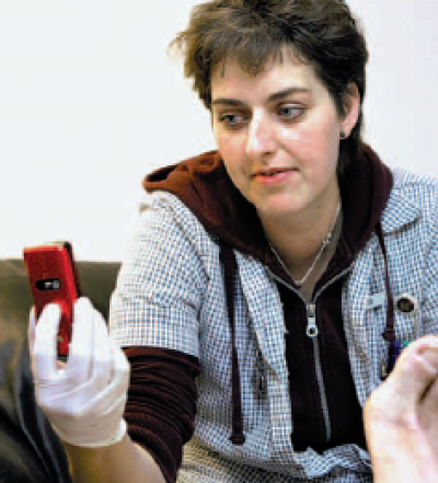 Hjemmesygeplejerske Pia Jensen taler med fodsårteamet på Århus Sygehus om sårenes tilstand.